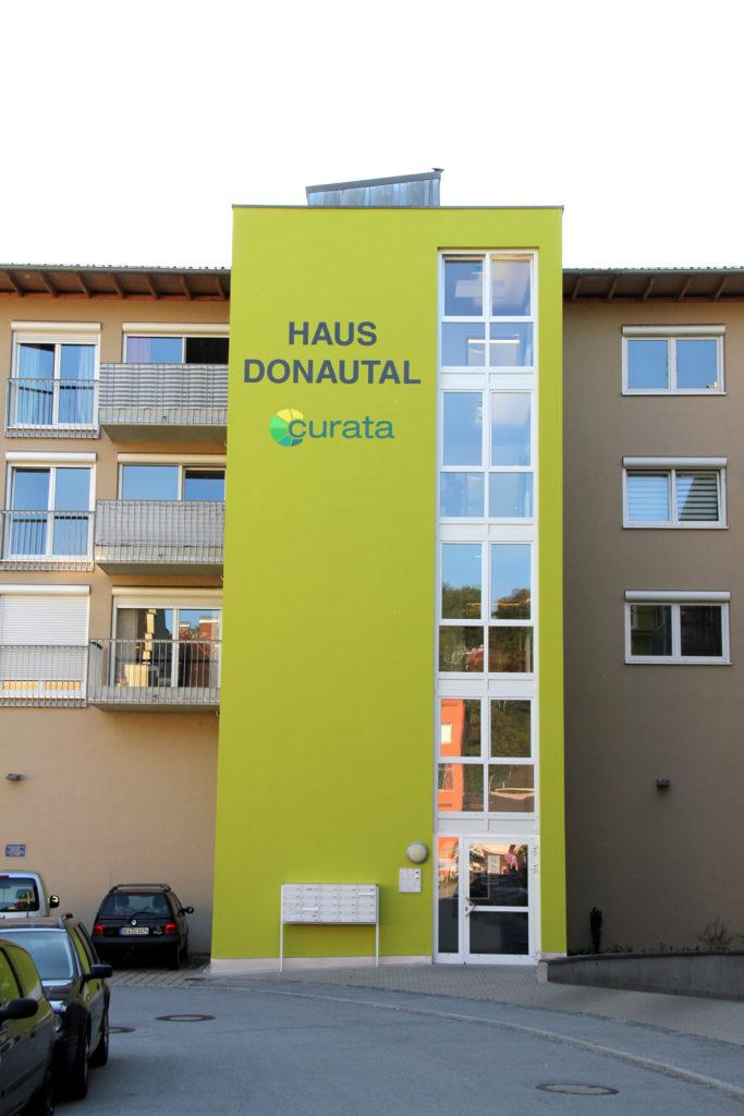 Gefräste Buchstaben und Signet für das Haus Donautal in
